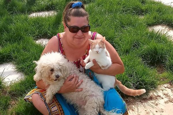 Elle adopte un vieux chien abandonné et retrouve ses anciens maîtres placés en EHPAD