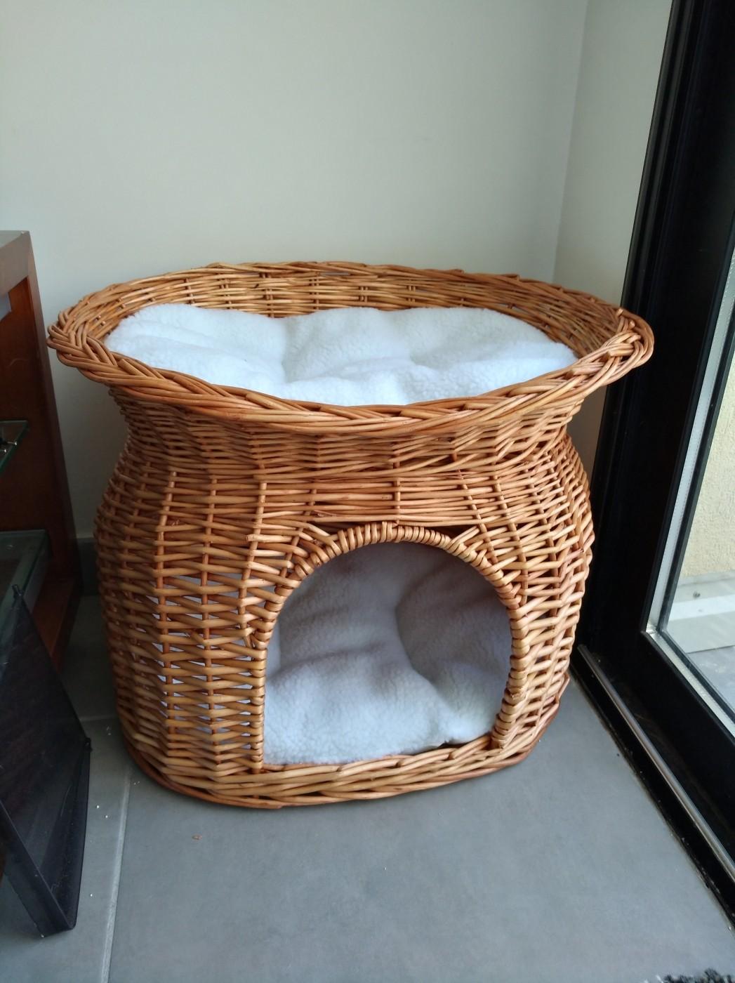 panier osier avec lit au dessus marron couchage pour chat. Black Bedroom Furniture Sets. Home Design Ideas