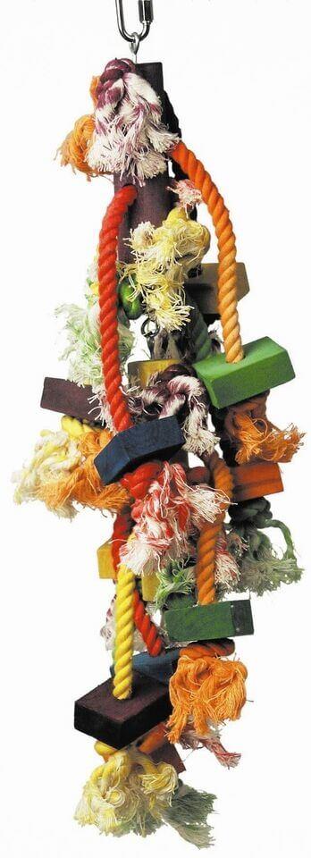 Spielzeug für papageien an einer kordel mit holzspielzeug