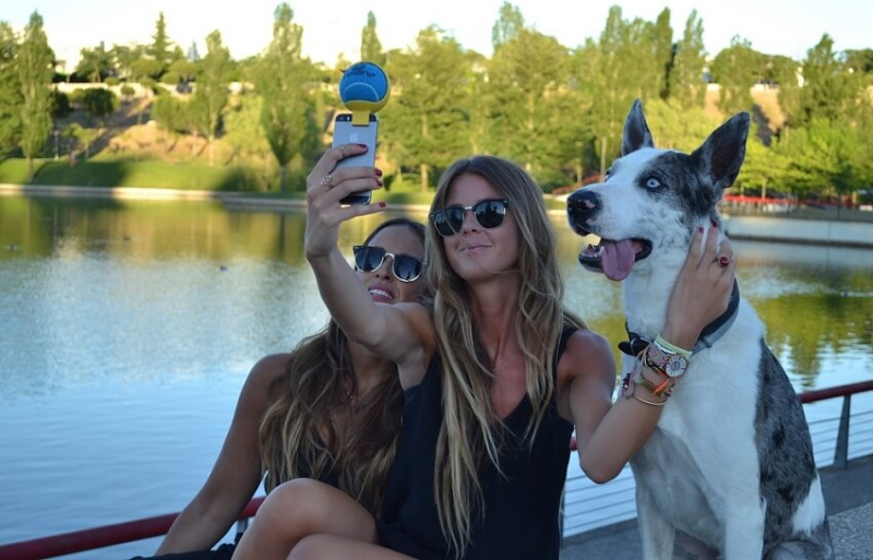 Petselfie, ball holder for mobile phones with ball